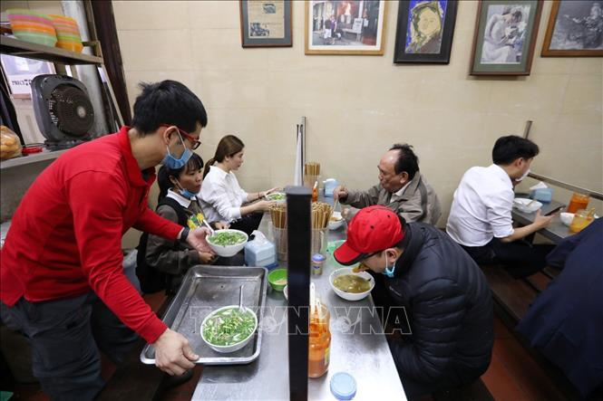 Hà Nội: Dịch vụ cắt tóc, gội đầu, ăn uống trong nhà được hoạt động trở lại